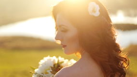 Retrato del primer de una muchacha atractiva joven hermosa almacen de video