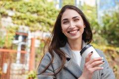 Retrato del primer de una muchacha bonita sonriente al aire libre Fotos de archivo libres de regalías