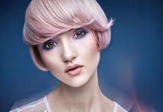 Retrato del primer de una muchacha con un corte de pelo rosado Imagen de archivo libre de regalías