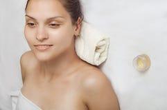 Retrato del primer de una muchacha en la toalla Imágenes de archivo libres de regalías