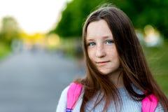 Retrato del primer de una muchacha de la colegiala Espacio libre para el texto Pelo hermoso con los ojos azules El concepto de co Imágenes de archivo libres de regalías