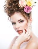 Retrato del primer de una mujer hermosa con la flor Imagen de archivo libre de regalías