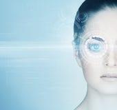 Retrato del primer de una mujer hermosa con un holograma en su ojo foto de archivo