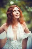Retrato del primer de una mujer hermosa del duende del pelirrojo foto de archivo libre de regalías