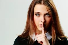 Retrato del primer de una mujer joven con la muestra del silencio Foto de archivo