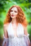 Retrato del primer de una mujer pelirroja hermosa del duende imagen de archivo libre de regalías