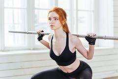 Retrato del primer de una mujer que hace ejercicios con el barbell Imagenes de archivo