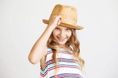 Retrato del primer de una niña preciosa con el sombrero de paja Imagen de archivo