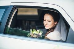 Retrato del primer de una novia en ventanilla del coche fotografía de archivo