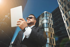 Retrato del primer de usar acertado del hombre de negocios imagen de archivo