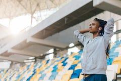 Retrato del primer del adolescente afroamericano concentrado que mira el partido en el estadio Imagenes de archivo
