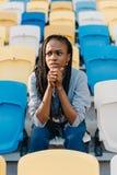 Retrato del primer del adolescente afroamericano nervioso que se preocupa del partido en el estadio Fotos de archivo libres de regalías