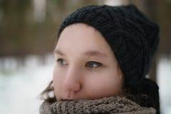 Retrato del primer del adolescente en bosque del pino del invierno Imagen de archivo libre de regalías