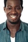 Retrato del primer del adolescente negro sonriente Imagen de archivo