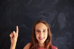 Retrato del primer del adolescente sonriente que muestra aga del índice Imagen de archivo