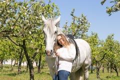 Retrato del primer del adolescente y del caballo Fotografía de archivo libre de regalías
