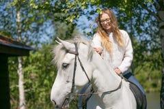 Retrato del primer del adolescente y del caballo Fotos de archivo