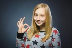 Retrato del primer del aislante adolescente hermoso de la autorización de la demostración en fondo gris Imagen de archivo libre de regalías