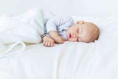 Retrato del primer del bebé adorable que duerme en cama Fotografía de archivo