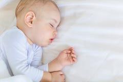 Retrato del primer del bebé adorable que duerme en cama Fotos de archivo libres de regalías