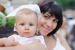 Retrato del primer del bebé con la madre Foto de archivo libre de regalías