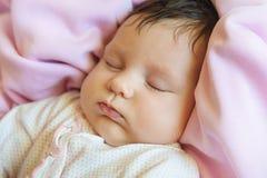 Retrato del primer del bebé de un mes hermoso dormido imagen de archivo libre de regalías