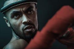 Retrato del primer del boxeador tailandés joven agresivo de Muay que entrena al boxeo tailandés imagen de archivo