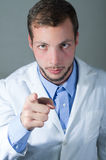 Retrato del primer del doctor joven hermoso que da a Fotografía de archivo