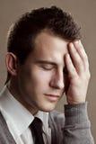 Retrato del primer del hombre con un dolor de cabeza Imagenes de archivo