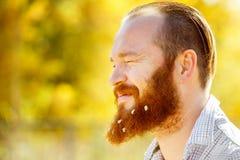 Retrato del primer del hombre divertido en camisa con el pelo y la barba rojos s Imagen de archivo