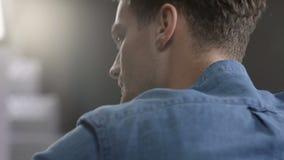 Retrato del primer del hombre joven pensativo en camisa azul, dentro metrajes