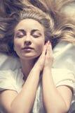Retrato del primer del sol que toma el sol de la mujer rubia joven hermosa suave romántica encantadora de la muchacha en cama fotografía de archivo