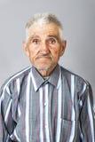 Retrato del primer del viejo hombre expresivo imagen de archivo