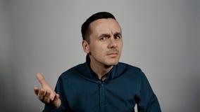 Retrato del primer del gesturesthat del hombre de negocios él no oye al interlocutor metrajes