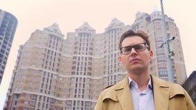 Retrato del primer del hombre caucásico atractivo adelante y después que considera la situación de la cámara en la ciudad urbana  metrajes