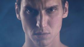 Retrato del primer Hombre fuerte confiado que mira la cámara Campeón enfocado serio de la mirada del atleta almacen de video