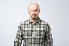Retrato del primer del hombre maduro enojado, alrededor tener ataque de nervios, aislado en fondo gris de la pared fotografía de archivo libre de regalías