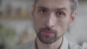Retrato del primer del hombre triste que mira la cámara que disfruta de la forma de vida ejecutiva Serie real de la gente almacen de metraje de vídeo