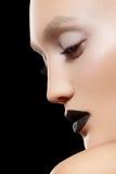 Retrato del primer. La tendencia del maquillaje, oscila los labios negros Imágenes de archivo libres de regalías