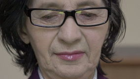 Retrato del primer Mujer mayor feliz en los vidrios que miran abajo almacen de metraje de vídeo