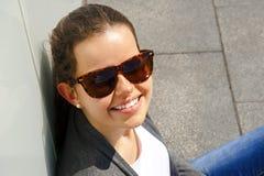 Retrato del primer sonriente de la mujer bastante joven en la ciudad Imagen de archivo