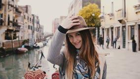 Retrato del primer del turista europeo hermoso joven feliz de la mujer en el canal famoso sonriente de Venecia del sombrero que h metrajes