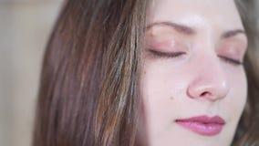 Retrato del primer: una chica joven la abre los ojos y mira en la cámara metrajes