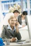 Retrato del profesional femenino en el teléfono Fotografía de archivo libre de regalías