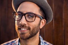 Retrato del profesional masculino creativo con los vidrios del ojo en oficina Foto de archivo
