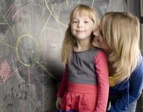 Retrato del profesor con el alumno en la pizarra Fotografía de archivo libre de regalías