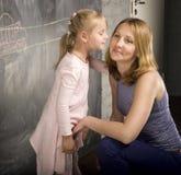 Retrato del profesor con el alumno en la pizarra Foto de archivo