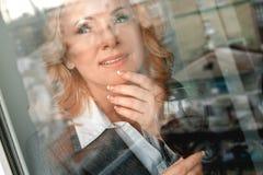 Retrato del psicólogo de la mujer en Ministerio del Interior casual hacia fuera la opinión de la ventana imagenes de archivo