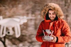 Retrato del quadcopter que vuela del operador del abejón en invierno fotos de archivo