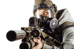 Retrato del rebelde con la careta antigás que apunta con el rifle fotos de archivo libres de regalías